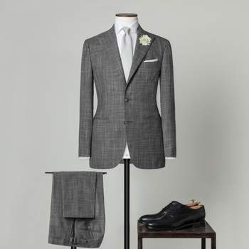 """Dunkelgrauer zweiteiliger Hochzeitsanzug mit 2 Knöpfen aus einer Mischung von Wolle und Seide mit spitzem Revers und """"Milanese""""-Knopflöchern"""