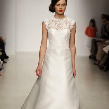 Vestido de novia sencillo, escote en corazón con encaje tipo chantilly hasta el cuello