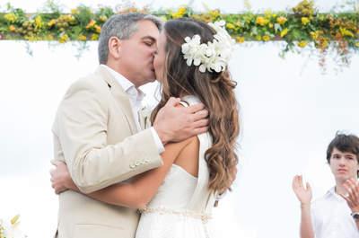 Casamento na praia de Ana & Rodrigo: amarelo, azul e verde foram os tons escolhidos!