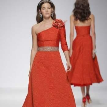 Вечернее платье с асимитричными руковами, большой апликацией на рукове, цвет - красный.