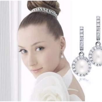 Largo mediano con 7 diamantes extremo circular con diamantes y perla en el centro.