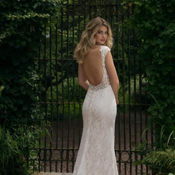 Modelo 44053, vestido de novia ultra femenino de encaje, escote corazón, tirantes de encaje y espalda al aire.