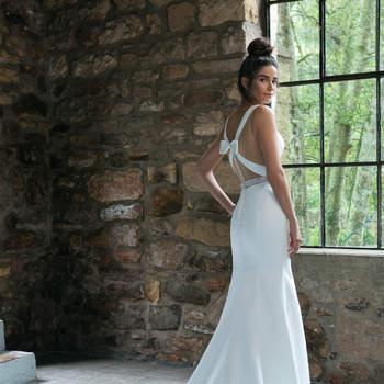 Modelo 44043, vestido de novia sin mangas con escote en V y cinturón joya