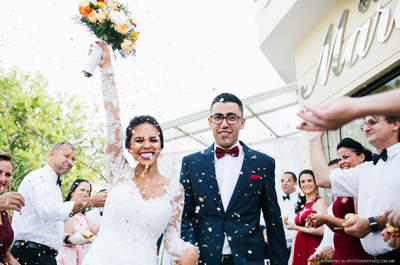 Casamento intimista à tarde de Marie & Oseias: uma cerimônia leve, com decoração colorida e noivos MUITO felizes