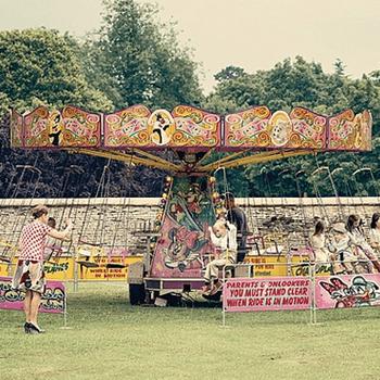 Los niños de la boda se divirtieron en un tiovivo antiguo.
