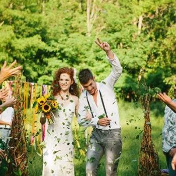 Ya casados recorren el pasillo nupcial.