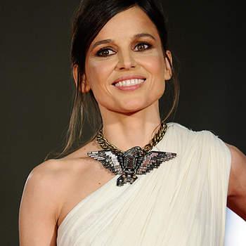 Elena Anaya, con un vestido asimétrico de estilo griego, con cinturón dorado de Lanvin, joyas de Bárcena y una espectacular gargantilla. La actriz escogió un sencillo recogido con flequillo a un lado.