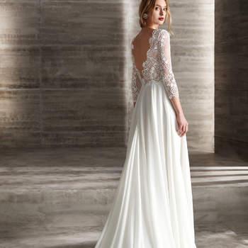 Un diseño que nunca pasará de moda. Un vestido de manga larga con cuerpo de encaje y escote en la espalda, y falda lisa.