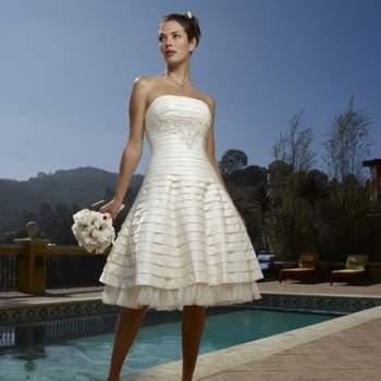 Robe de mariée blanche courte. Avec son bustier, son tombé impeccable et son petit volant, cette robe Mélodie d'amour a beaucoup de chic. Source : Mélodie d'Amour