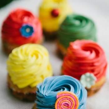 Cupcakes de colores atrevidos.