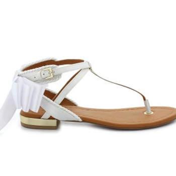 Weiße Sandalen für eine Hochzeit am Strand