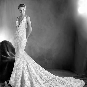 Um vestido de noiva sexy, muito sexy. Um modelo de ar romântico e estilo sereia com atrevidos decotes em bico na parte da frente e nas costas. Uma singular mistura de guipura, tule e renda com motivos florais que adornam a silhueta feminina. Impossível resistir-lhe!