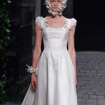 Vestido de novia de líneas sencillas, con precioso tocado de flores. Victorio & Lucchino 2013. Foto: Barcelona Bridal Week