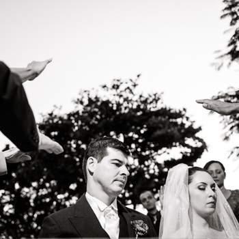O casamento aconteceu no Clube Piraquê, na Lagoa Rodrigo de Freitas, no Rio. Um casal lindo, um casamento ao ar livre com a Lagoa cenário deste momento único de amor! A foto foi um momento carregado de emoção, onde toda a família estava em volta abençoando a união.