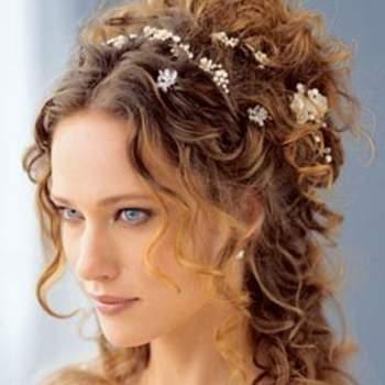Des cheveux ondulés, un petit air bohème : voilà qui fera sensation pour votre coiffure de mariage ! Crédits : iriscapelli.it