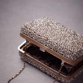 Bolso pequeño con cadena dorada corta para llevar colgado de la mano, decorado con perlas y cristales de Swarovski, cierre a presión.