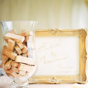 Placas de madeira para assinaturas. Credits: Taylor Barnes Photography