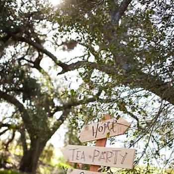 Les panneaux en bois jouent la carte du vintage. Source : Kim Le Photography sur Style Me Pretty