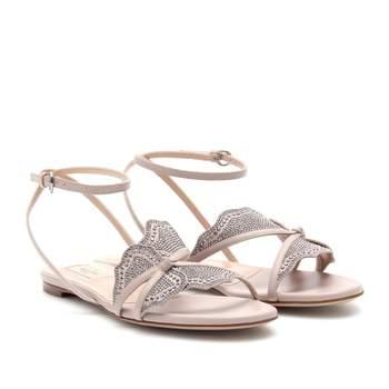 Sandalias nude con alas de mariposa en glitter plata. Credits: Valentino