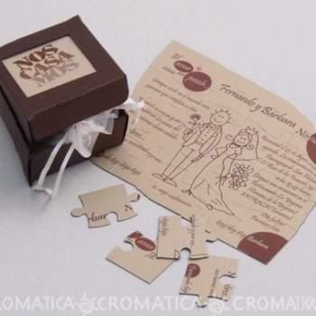 Caja cuadrada color café con bolsa en seda con fichas para armar rompecabezas donde se encuentran los datos de la invitación.