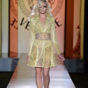 Donatella Versace apresentou sua coleção de vestidos de festa para o Outono/Inverno 2012/2013. Vestidos vaporosos, com pedraria e com sensualidade para da um toque de elegância a quem não tem medo de mostrar suas curvas.