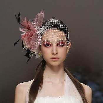 Os véus não são a única solução para as noivas. Veja aqui os nossos toucados preferidos da Barcelona Bridal Week de 2012 e inspire-se.