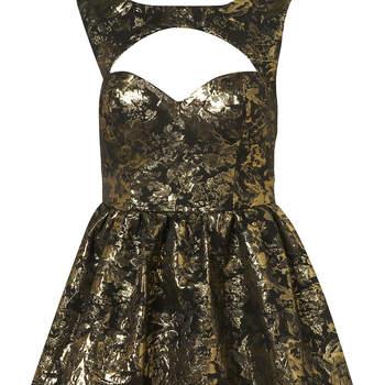 Vestido en negro y oro imitando brocados, con escote con corte abierto en forma de corazón. Foto: Topshop