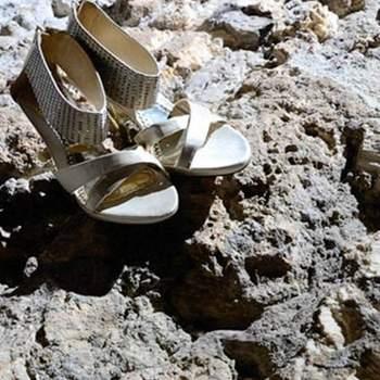 Sandalias en color dorado lucen fenomenales para una boda en la costa.