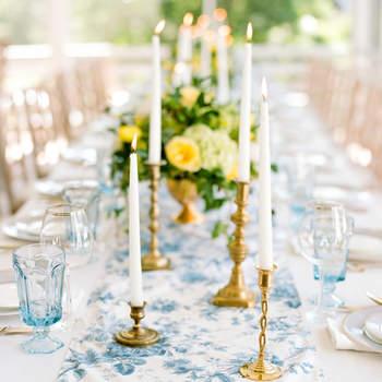 Caminho de mesa floral azul celeste e branco. Credits: Gayle Brooker Marni Rothschild
