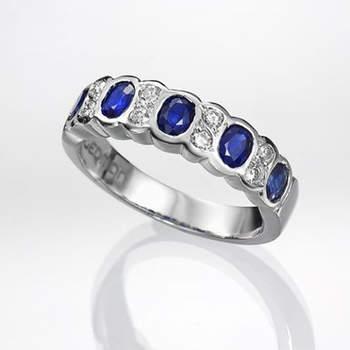 "Otro anillo con zafiros y diamantes para las novias que busquen algo azul en sus joyas. Foto: <a title=""Germán Joyero"" href=""http://germanjoyero.com/"" target=""_blank"">Germanjoyero.com</a>"