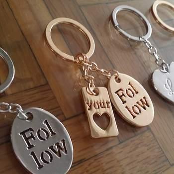 Puedes optar por una serie de llaveros súper románticos. Éstos, por ejemplo, tienen frases lindas que las harán recordar tu historia de amor por siempre.