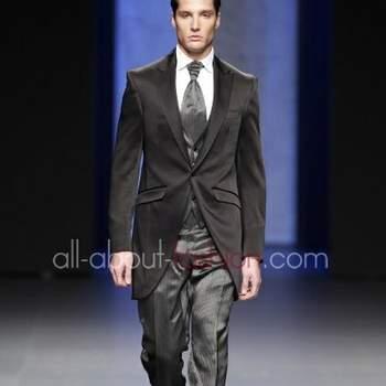 Los trajes para los novios también tienen sus propias tendencias. Desde el largo del saco hasta el estilo de la corbata y los colores, son reflejo del estilo de ellos y por supuesto de la moda 2013 para los novios. Traje Miquel Suay