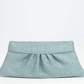 """Reizende kleine blaue Tasche, um mit ihr Hochzeitskleid tragen. - Produзгo Fotografica - """"Candy Girls"""" - S-magazine - Fotografia: Piteira - Acessуrios: Pinga Amor - Styling: Simplesmente Branco (Pinga Amor, Design Texto COM E bis Wise Hochzeiten)"""
