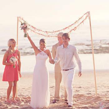 A orillas de la playa un altar sencillo, marca un espacio inolvidable.