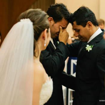 Um detalhe elegante e harmonizador na lapela do noivo: flores! A condizer com o bouquet da noiva, claro. Inspire-se nesta selecção de fotos.