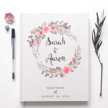 Libro de firmas para invitados con ilustracion floral en la portada. Credits: Scoutmob