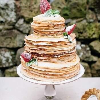 Outro exemplo de um bolo original de casamento, confecionado com panquecas. | Créditos: IG @peony_and_penny