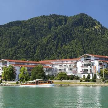 """<a href=""""https://www.zankyou.de/f/althoff-seehotel-uberfahrt-64858""""></a> Ein exklusiver Lieblingsplatz direkt am Tegernsee mit Berg- und Seepanorama – das ist das Althoff Seehotel Überfahrt in Rottach-Egern. Das Fünf-Sterne-Superior-Hotel mit Gastgeber Vincent Ludwig zählt zu den Leading Hotels of the World."""