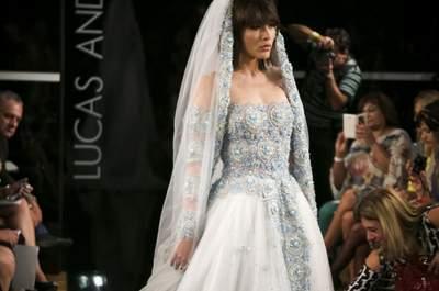 A renda do vestido de noiva no convite de casamento: inspirados nos modelos de Lucas Anderi, Marcelo Quadros e Vanessa Abbud