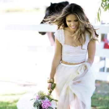 O decote quadrado assenta muito bem em noivas com pouco peito. Esta noiva traz uma combinação muito elegante de top e saia. Foto: Jana Williams