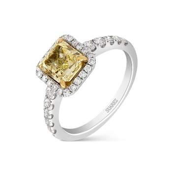 Solitario de oro blanco con un diamante amarillo de talla cushion rodeado de diamantes en la orla y los brazos, de Suárez
