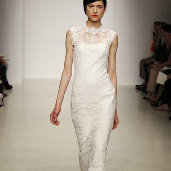 Vestido de novia en corte columna, de encaje y cauda corta