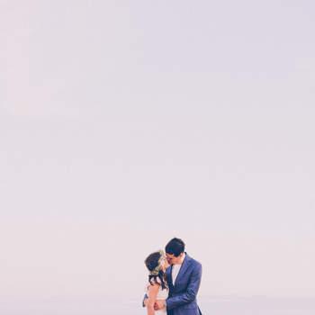 """""""El verano en España tiene muchos encantos, pero el principal son los días más largos, siendo la luz el elemento fundamental para cualquier fotógrafo. Hay días en que se puede fotografiar sin ayuda de iluminación artificial hasta las 22:00 horas, lo que abre muchas posibilidades creativas y hace con que los reportajes tengan un color especial"""".  Foto: Bossanova Weddings"""