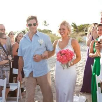 La boda se celebró en la playa, sobre la arena.