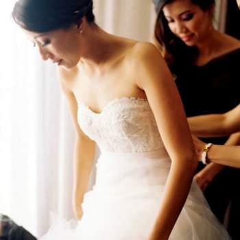 O corpete centra a atenção no busto, marcando a linha da cintura da noiva. É apropriado para noivas de silhueta esbelta. Foto: Caroline Tran