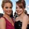 Emma Stone y Dianna Agron, ambas con un look muy fresco y juvenil, en los Screen Actors Guild Awards. Foto: Lester Cohen