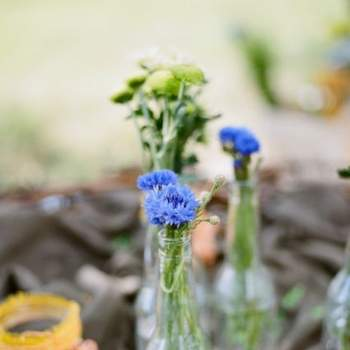 Botellas de cristal con flores silvestres.