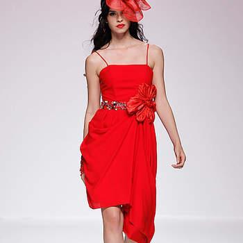 Robe rouge à fines bretelles et fleur à la taille. Barcelona Bridal Week/ Cibeles Madrid Novias