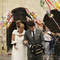 A muchas parejas les gusta dar un toque regional a su boda, poner un poco de cercanía  a su enlace con la cultura de su tierra. Ese tipo de bodas suelen tener un carácter especial que a los fotógrafos les ayuda a captar más aún la forma de ser de la pareja y sus sentimientos. Os ofrecemos una selección de esas fotos de boda en las que hay un toque regional añadido, como este pasillo de adornos regionales de unos novios en el País Vasco. Foto: Roberto y María fotógrafos