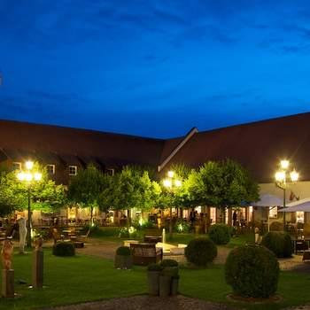 """<a href=""""https://www.zankyou.de/f/schloss-reinach-27914""""></a> In unmittelbarer Nähe zu Freiburg stehen Ihnen in Hotel Schloss Reinach für Ihren Aufenthalt 80 Zimmer mit insgesamt 160 Betten zur Verfügung.  Unabhängig davon, ob Sie den zeitgemäßen Komfort unserer modernen 4-Sterne-Komfortzimmer wählen oder sich für das gehobene Ambiente unserer großzügigen Luxussuiten entscheiden: Sie genießen den aufmerksamen Service und das geschmackvolle Ambiente unseres Hotels.  Im idyllisch gelegenen Innenhof planen und verwirklichen wir gemeinsam mit Ihnen alle Wünsche und Träume für Ihren speziellen Anlass."""